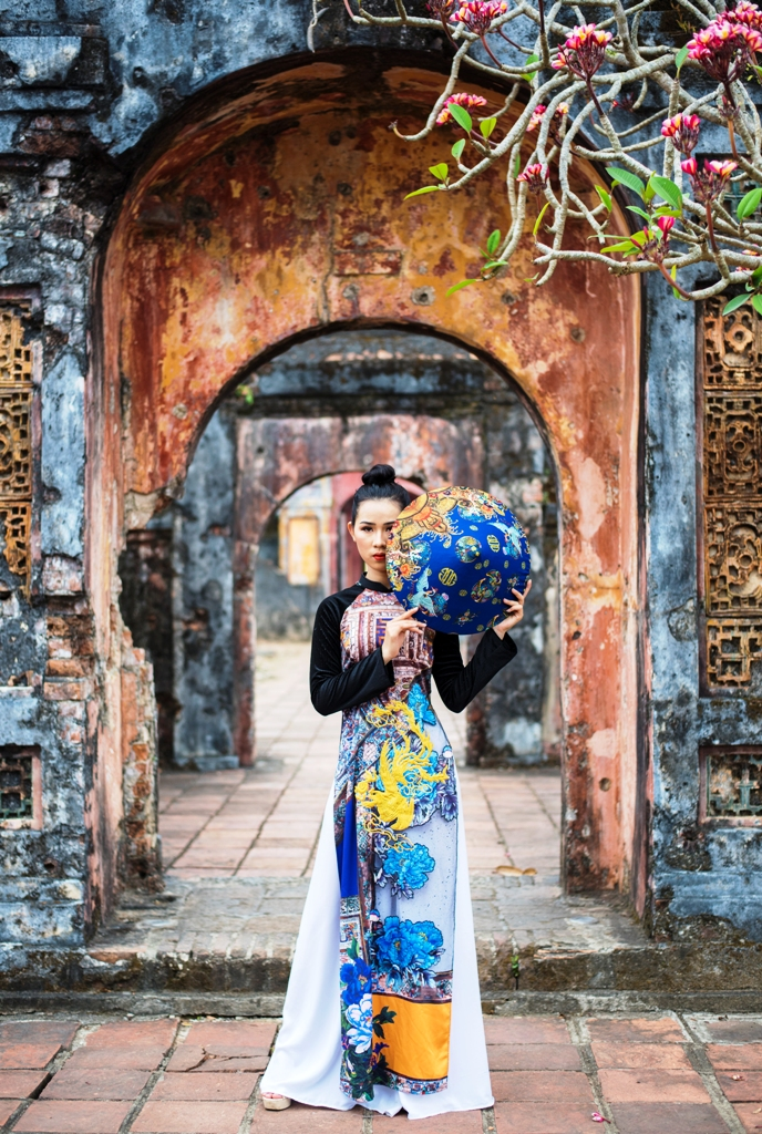 The designer wants to convey the message of honoring the traditional silk materials of Vietnamese craft villages, and eliminating non-originating ones.