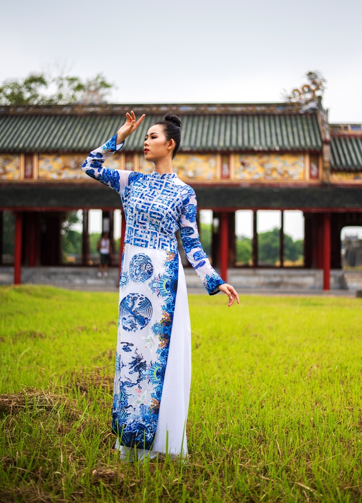 A story with golden heritage breath is conveyed vividly and in an eye-catching way on the Vietnamese ao dai by the designer