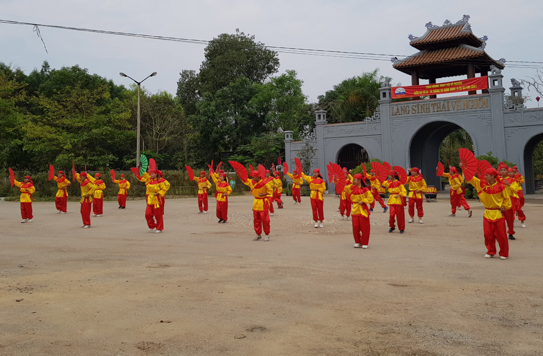 "A royal martial art performance (""Kinh Van An"") to welcome guests"