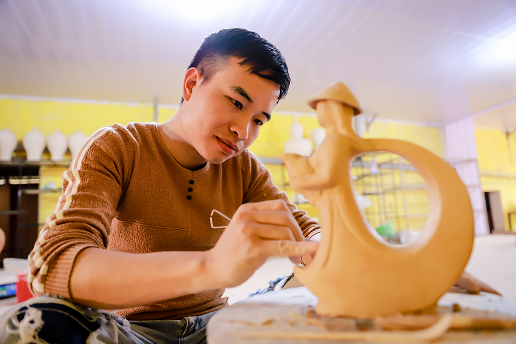 Being crafted by artisans of Bat Trang ancient village