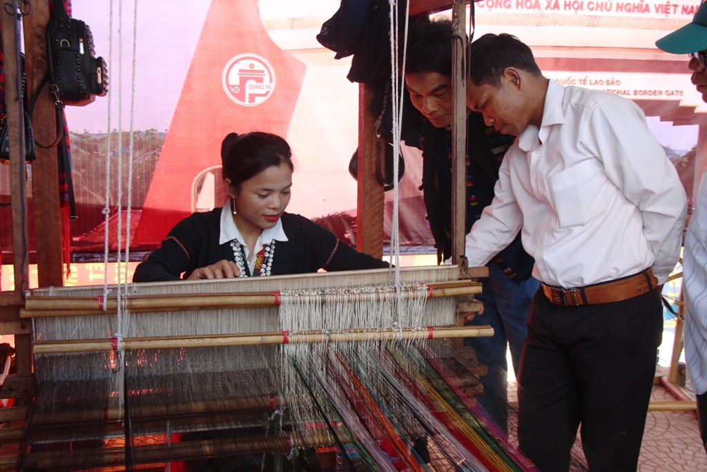 An artisan from Quang Tri presenting a weaving technique on the frame