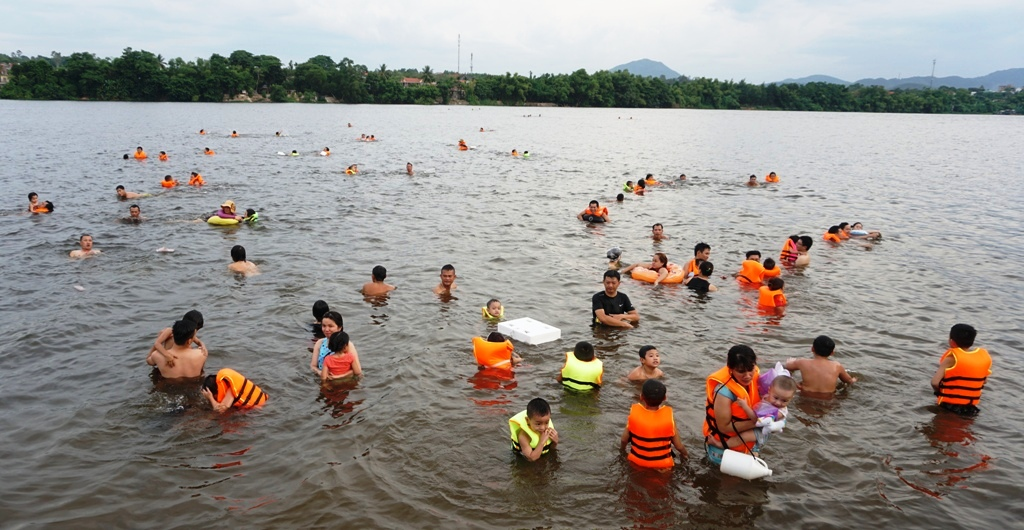 A lot of people are swimming in the Huong river