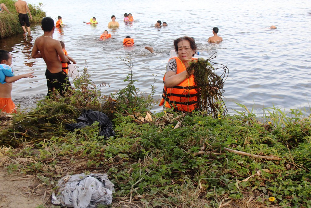 Before swimming, many people picking up trash to protect the area