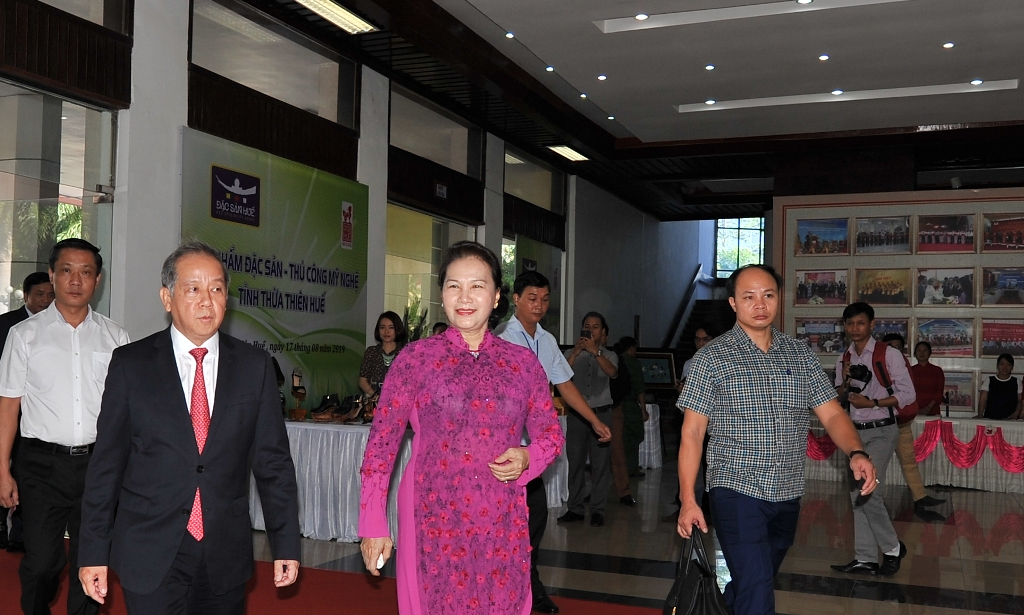 Chairwoman of the National Assembly Nguyen Thi Kim Ngan attending the reception of First-class Independence Medal and the commemoration of the 30th anniversary of the re-establishment of the province at the Center for Culture and Information in the morning of August 17