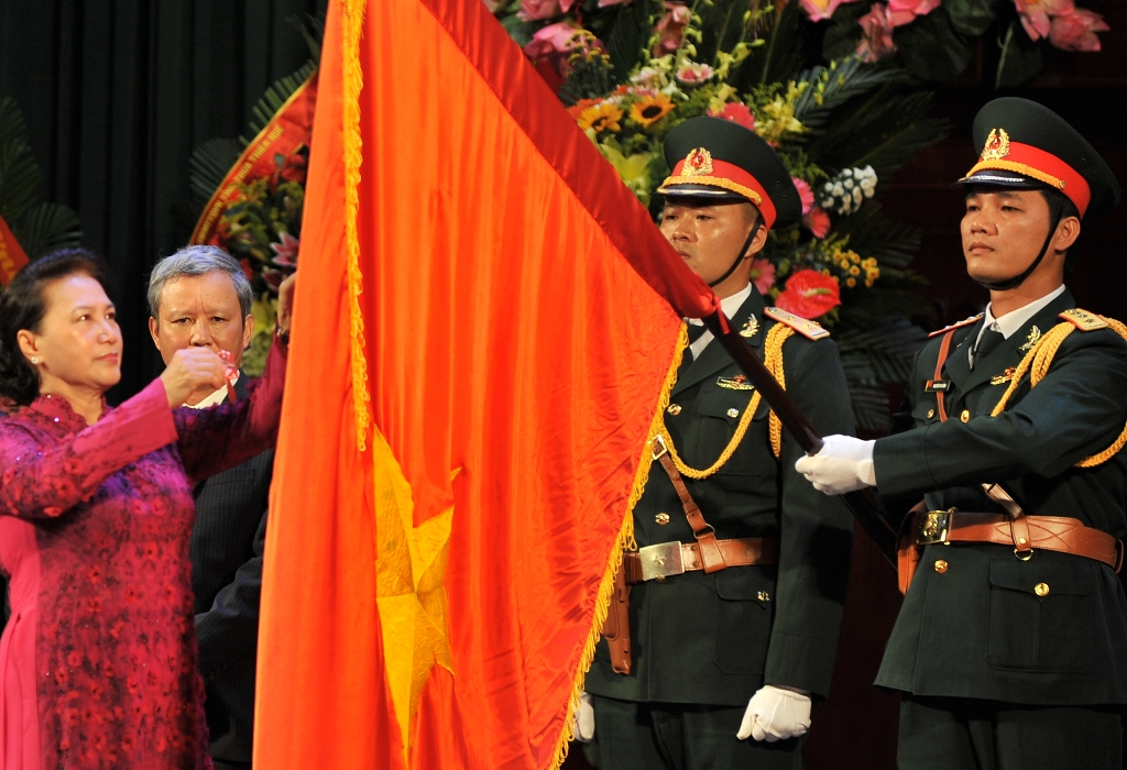 The First-class Independence Medal is pinned on the National Flag by the National Assembly Chairwoman on behalf of the Party and the State