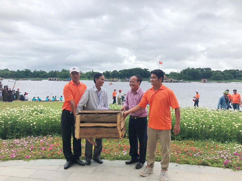 The female rowers from Huong Can team (Huong Tra Town) won the Tam thang prize with a pig as the prize