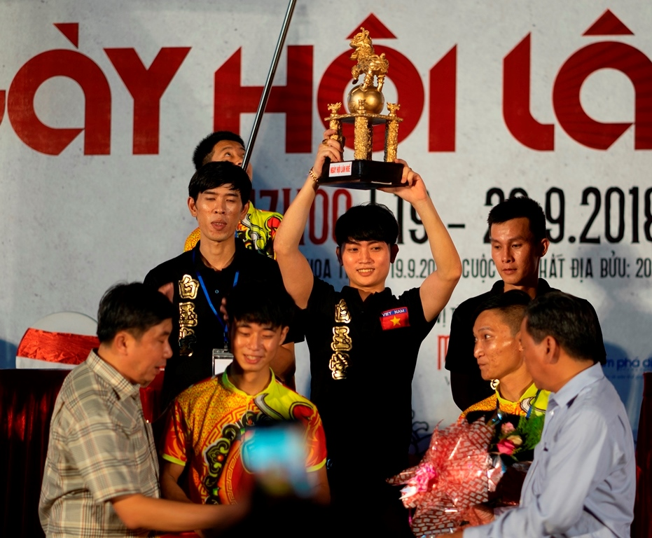 """The gold cup was awarded to the champion in the """"Mai Hoa Thung"""" round in 2018"""