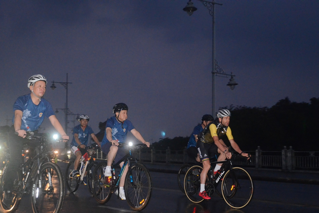 Provincial leaders participated in the warm-up ride with the athletes from early morning
