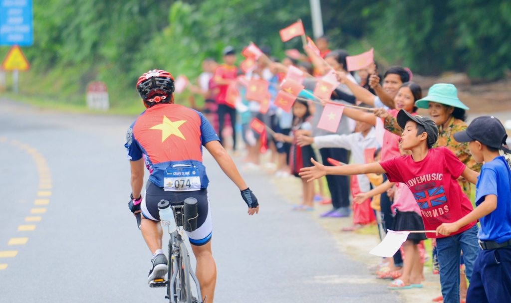 The enthusiastic encouragement of the people was a great motivation for the cyclists to complete the journey