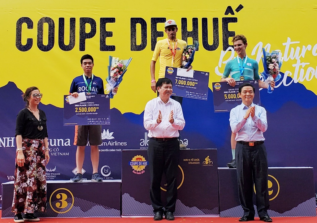 Vice Chairman Nguyen Dung shared his joy with the contestants at the stage 2 Coupe de Hue 2019 on the afternoon of 22/9
