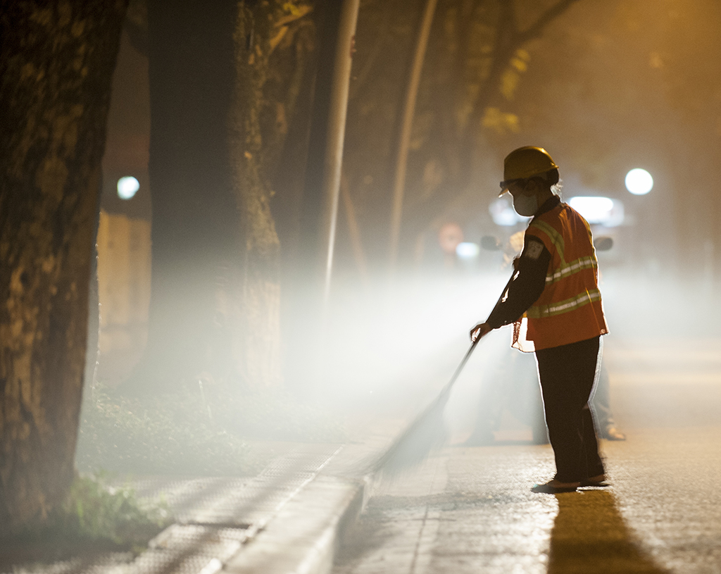 Whether late at night or early in the morning, the female sanitation workers still quietly contribute a small part of their efforts to make Hue green, clean and beautiful ...