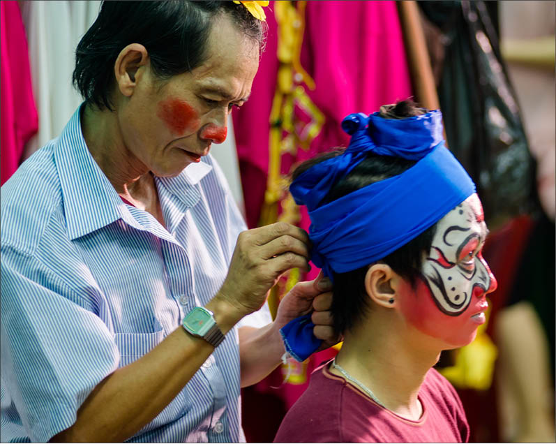 The unique feature of Hue theatrical drama is its mask having 3 main colors: black, red and white