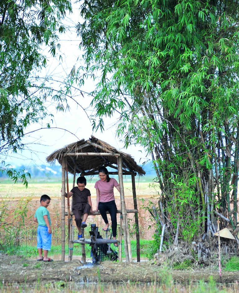 Bailing water under the shady bamboo trees – the thing that many people just know through books