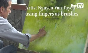 Artist Nguyen Van Tuyen – using fingers as brushes