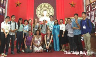American students experience Vietnamese culture