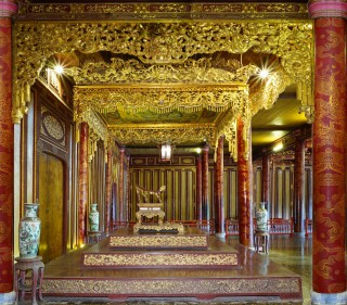 The throne of Nguyen dynasty is moved to repair Thai Hoa Palace