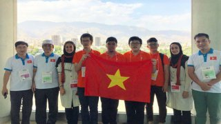 Student of Quoc Hoc Hue high school wins bronze medal of International Olympiad in Informatics