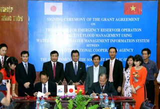 Japan supports more than 400 billion VND for preventing natural disasters in the Huong river basin