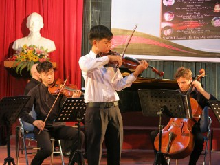 Kid artists play violin at Vietnam Connection (VNCMF) 2017