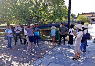 Vietnam National Administration of Tourism organizes the famtrip delegation's survey of tourist routes in Hue
