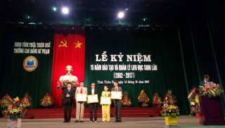 Thua Thien Hue College of Education receives certificates of merit from chiefs of Sekon, Champasak, Savanakhet provinces (Laos)