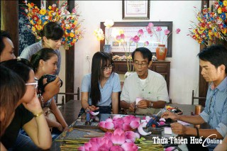 Promoting Sinh-Village folk paintings and Thanh Tien paper flowers