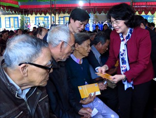 Vice President Dang Thi Ngoc Thinh warms up Tet atmosphere in Thua Thien Hue