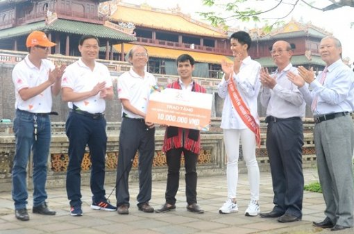 Miss Universe Vietnam 2018 grants special scholarship to Pa Co student