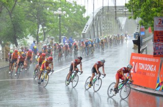 Cyclists brace Hue heavy rains, making a thrilling competition