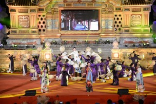 "Ao Dai show ""Huế Vàng Son"" brings wonderful feelings"