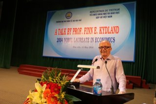 Nobel Laureate in Economics speaks to Hue students
