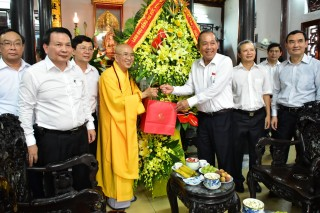 Permanent Deputy PM Truong Hoa Binh congratulates on Vesak 2018
