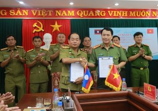 Thua Thien Hue signs a memorandum on cooperation with Laos' Salavan Province