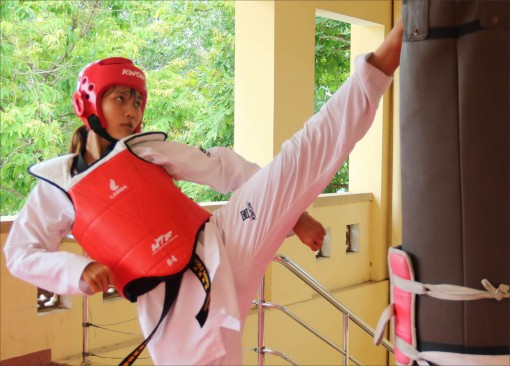 "Female boxer ""hunts gold"" for Taekwondo"