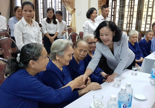 Head of the Party Central Committee's Commission for Mass Mobilization Truong Thi Mai visits Provincial Nursing Center for People with Merit