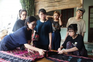 Zeng weaving attracts young people