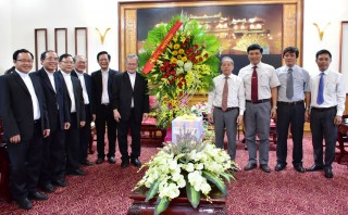 Chairman of the provincial People's Committee Phan Ngoc Tho meets with the President of the Catholic Bishops' Conference of Vietnam