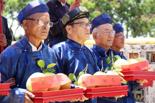 Offering Thanh tra (Hue grapefruit) to the Royal Palace