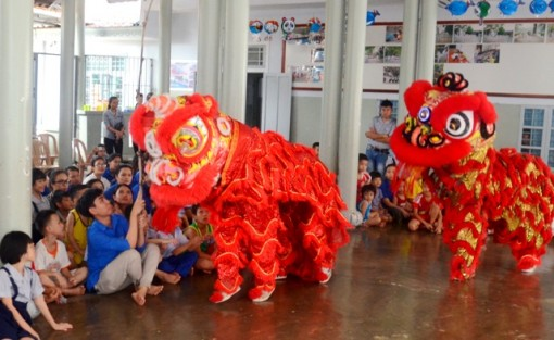 Organizing Mid-autumn Festival for Children at Duc Son Pagoda