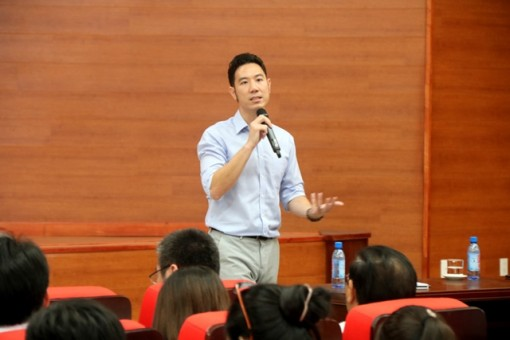 Dr.Vu Duy Thuc shares information on Start-up and Artificial Intelligence