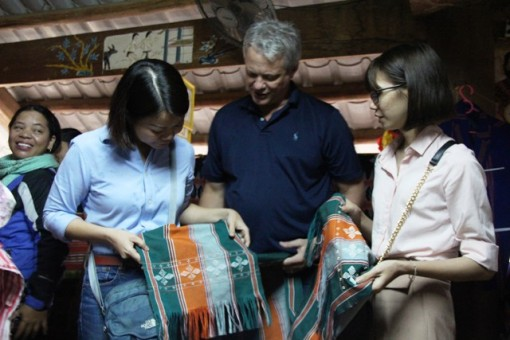 Granting threads to support Zeng weaving cooperatives