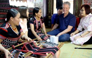 Ethnic artisans weave modern thread on the Zeng loom