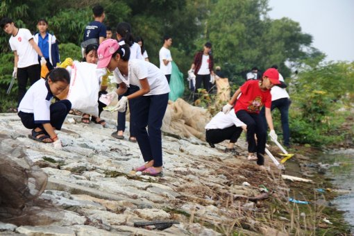 Collecting garbage to appeal for protecting Tam Giang lagoon