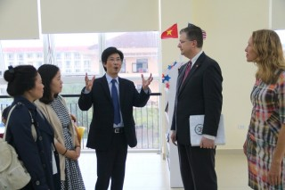 American Ambassador visits and works with Hue College of Foreign Languages