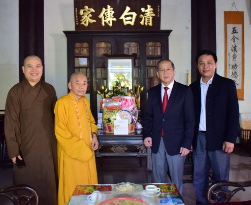 Chairman of the provincial People's Committee Phan Ngoc Tho sends New Year's greeting to religious establishments