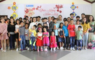 Chairman of Provincial People's Committee Phan Ngọc Thọ gives lucky money to children at SOS Children's Village