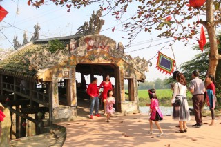Enjoying Tet at Thanh Toan tile-roofed bridge (Cau Ngoi Thanh Toan)
