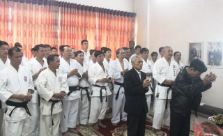 Handing over a memorabilia of Grandmaster Choji Suzuki to Master Suzucho Karate-do Le Van Thanh