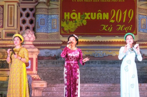 Ca Hue (Hue Tranditional Singing) performance welcomes spring