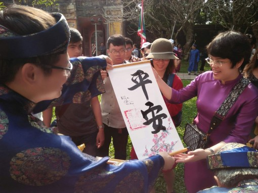 Hue Imperial Citadel's holds seal-opening ceremony and gifts visitors spring calligraphy